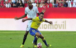 Roque Mesa con N'Zonzi en el partido de la primera vuelta.