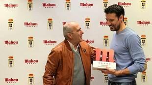 Toché recibe el premio que le acredita como el mejor jugador de enero...
