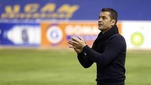 Francisco anima a sus jugadores desde la banda durante la victoria...