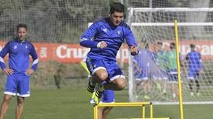 Garrido, durante el entrenamiento del martes con la protección en su...