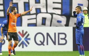 Tommy Oar celebra su gol ante un cariacontecido Tévez.