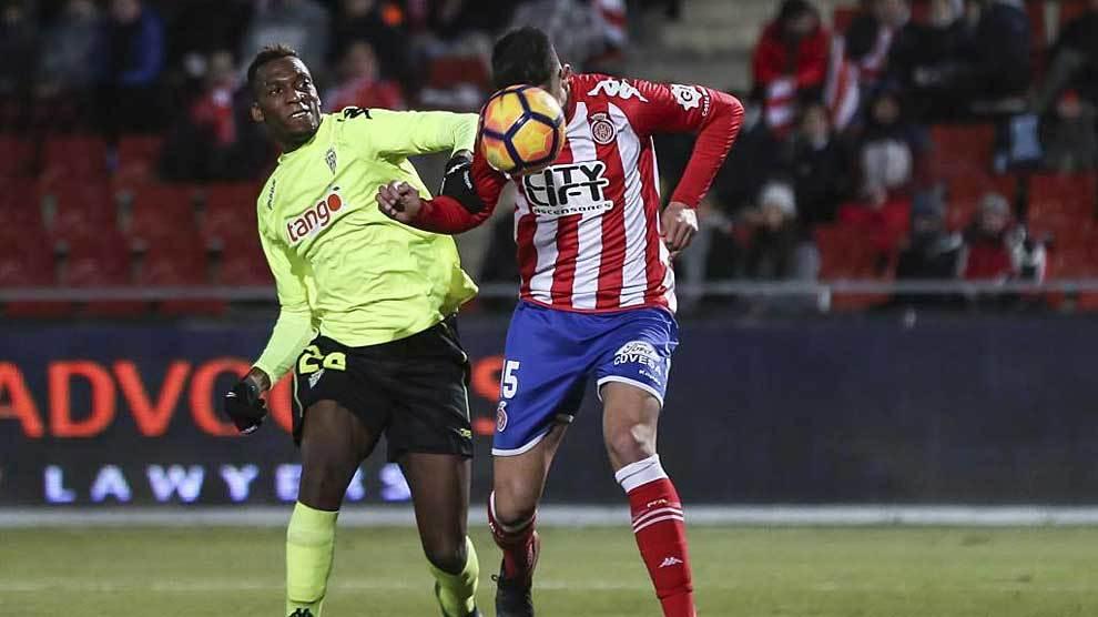 Bijimine disputa un balón con Alcalá en el partido del Córdoba en...