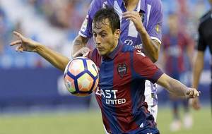 Espinosa controla un balón en el partido ante el Valladolid en el...