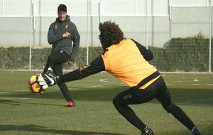 Roberto Navajas, en un entrenamiento con 'Memo' Ochoa.