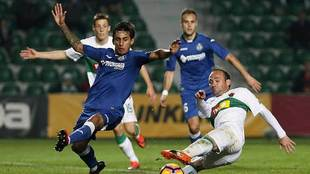 Damián Suárez intentar cortar el remate de Nino en el partido del...