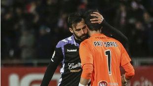Guitián (26) consuela a Pau Torres (29) tras su fallo ante el Girona.
