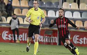 El colegiado Gorostegui Fernández durante el partido del domingo...