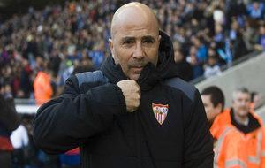 Jorge Sampaoli sube la cremallera de su chaqueta.