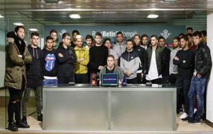La plantilla del Betis, leyendo su comunicado de apoyo a Zozulya
