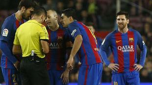 Gil Manzano, rodeado de André Gomes, Iniesta y Luis Suárez, con...