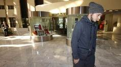Zozulya camina cabizbajo en el hall de un hotel en Sevilla.