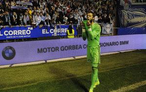 Sergio Álvarez lamenta la derrota ante sus aficionados.