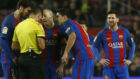 Gil Manzano, rodeado de Andr� Gomes, Iniesta y Luis Su�rez, con...