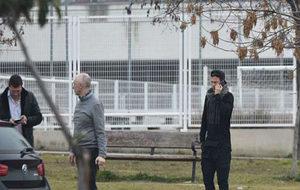 Zozulya, hablando por teléfono a su llegada a la Ciudad Deportiva del...