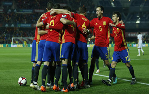 'La Roja' celebra un gol ante Macedonia en el partido...