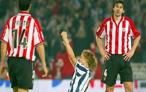 Valeri Karpin celebra un gol al Athletic cuando era jugador de la Real...