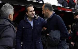 Rubén Baraja saluda a Fernando Soriano antes del Rayo-Almería del...