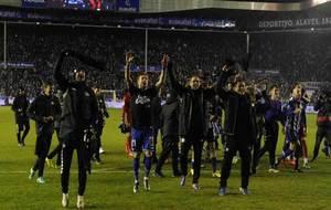 Los jugadores del Alavés celebran en Mendizorroza el pase a la final...