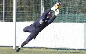 Roef se estira para detener el balón en un entrenamiento del...