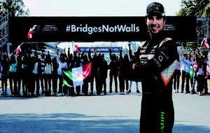 El piloto se solidariza con los mexicanos en contra del muro