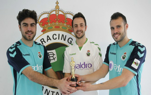 Prats, Álvarez y Jara sostienen el Óscar entregado por el Racing.