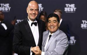 Maradona, con Infantino.
