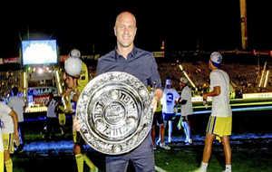 Jordi Cruyff posa con un título obtenido con el Maccabi Tel Aviv