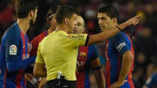 Gil Manzano expulsa a Luis Su�rez.