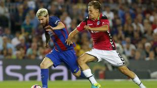 Messi y Marcos Llorente disputan un balón