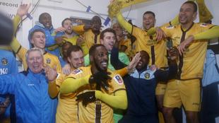 Los futbolistas del Sutton United, de Quinta, celebran su...
