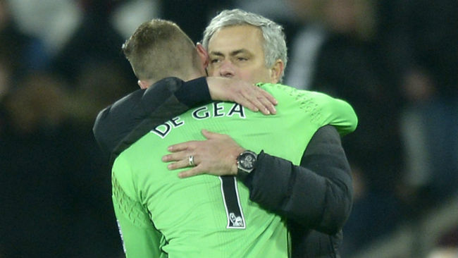 Mourinho abraza a De Gea al t�rmino de un partido.