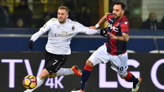 Deulofeu se marcha de un rival en el choque ante el Bolonia.