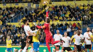 Javi Varas sale a despejar el balón
