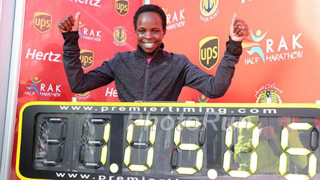 Jepchirchir posa con el tiempo que le ha valido el récord del mundo.