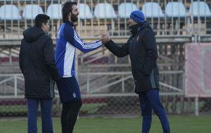 Samaras saluda a Agné en su primer entrenamiento.