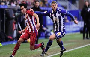 Theo pugna por un balón con Gaitán.