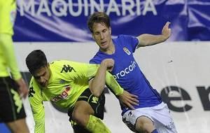 Susaeta sujeta a un jugador del Córdoba durante el partido en el...