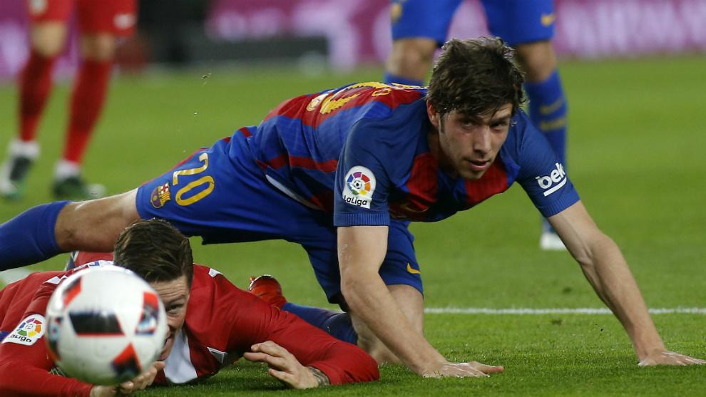 Sergi Roberto, en un lance con Torres en el Barça-Atlético