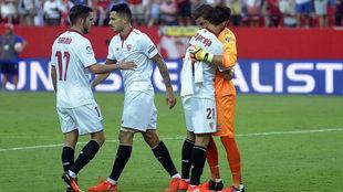 Javi Varas abraza a Nico Pareja a la finalización del partido de la...