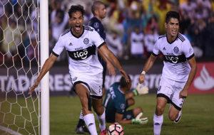 Roque Santa Cruz celebra uno de sus goles a Independiente del Valle.