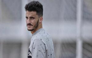 Juancar, jugador del Málaga, posa para un reportaje.
