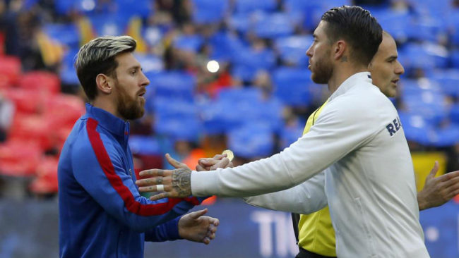 Leo Messi y Sergio Ramos, salud�ndose justo antes de que empezara el...