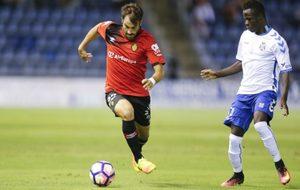 Campabadal (23) conduce un balón en el partido contra el Tenerife de...