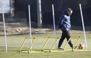 Anquela, pensativo durante un entrenamiento con el Huesca.