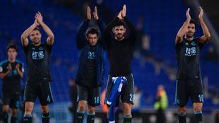 Los jugadores de la Real aplaudiendo a los aficionados desplazados a...