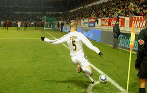 Zinedine Zidane saca un córner contra Osasuna en un partido de la...