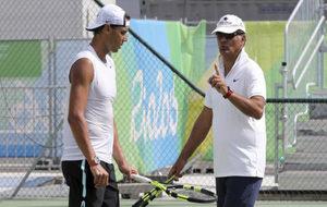 Toni Nadal dando instrucciones en los Juegos de Río a Rafa.