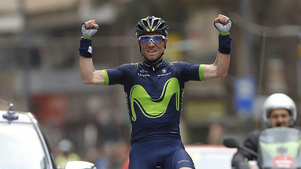 Alejandro Valverde entra vencedor en la Gran Vía de la capital...