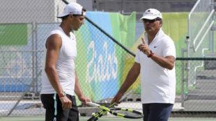 Toni Nadal dando instrucciones en los Juegos de R�o a Rafa.