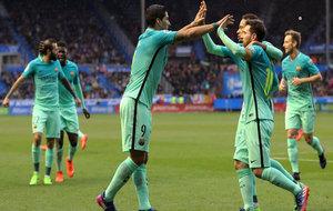 Luis Súarez y Messi celebran uno de los seis tantos logrados ante el...